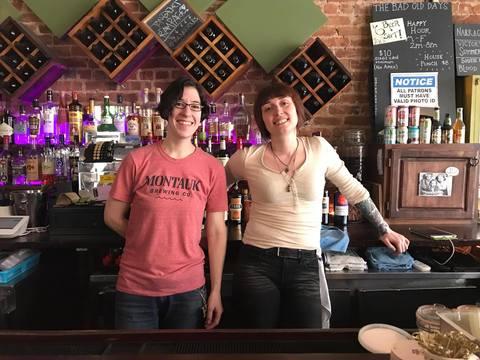 クィーンズでバーを経営する2人