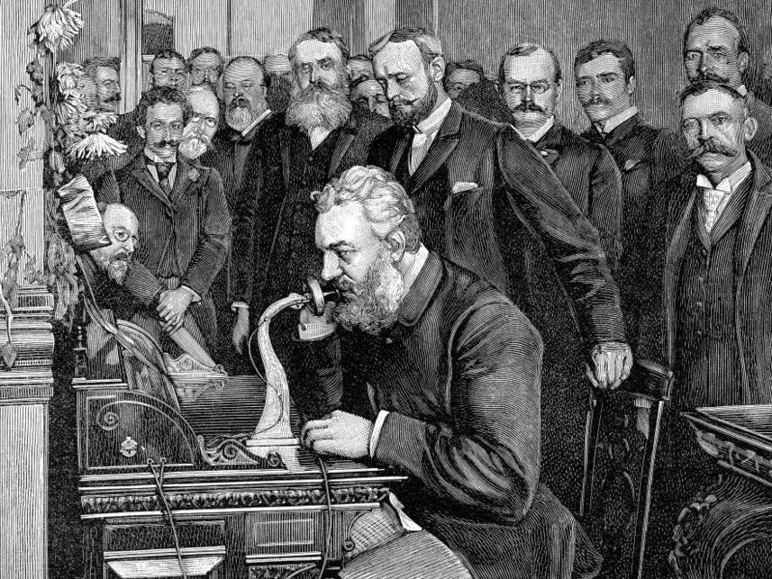 自分が発明した電話を披露するグラハム・ベル氏