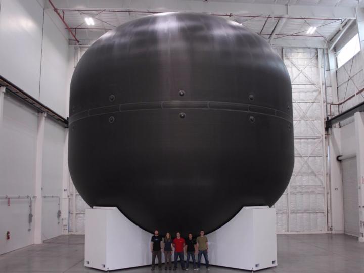 カーボンファイバー製の巨大燃料タンク