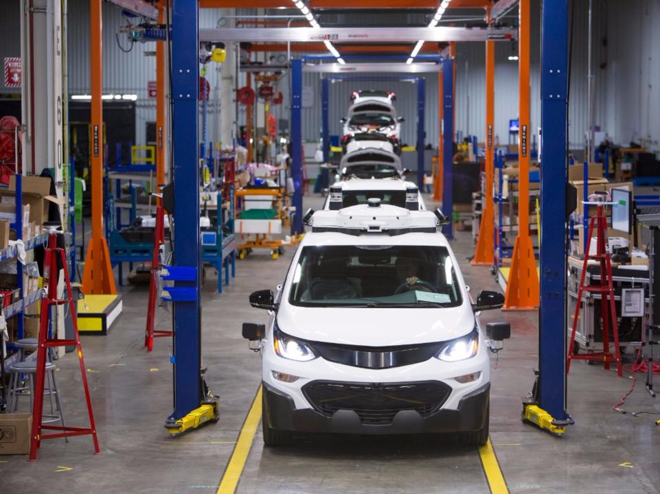 GMの工場で自動運転車シボレー「ボルト」が組み立てられている様子