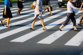 横断歩道を渡る、働く女性たち