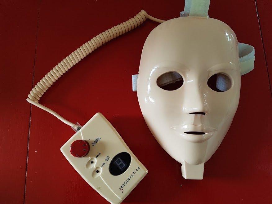 美顔マスク「Rejuvenique」(表面)とコントローラー