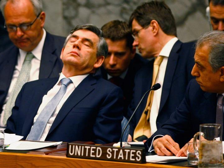 2008年国連安全保障理事会で居眠りしているイギリスのゴードン・ブラウン首相(当時)