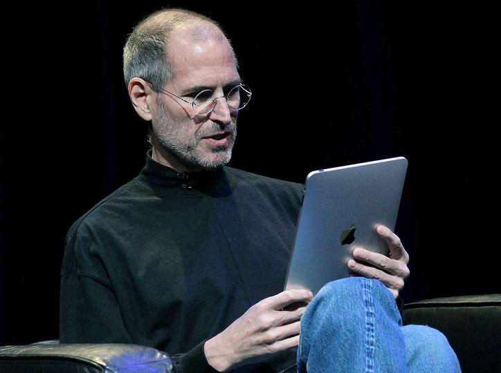 iPadを紹介するスティーブ・ジョブズ