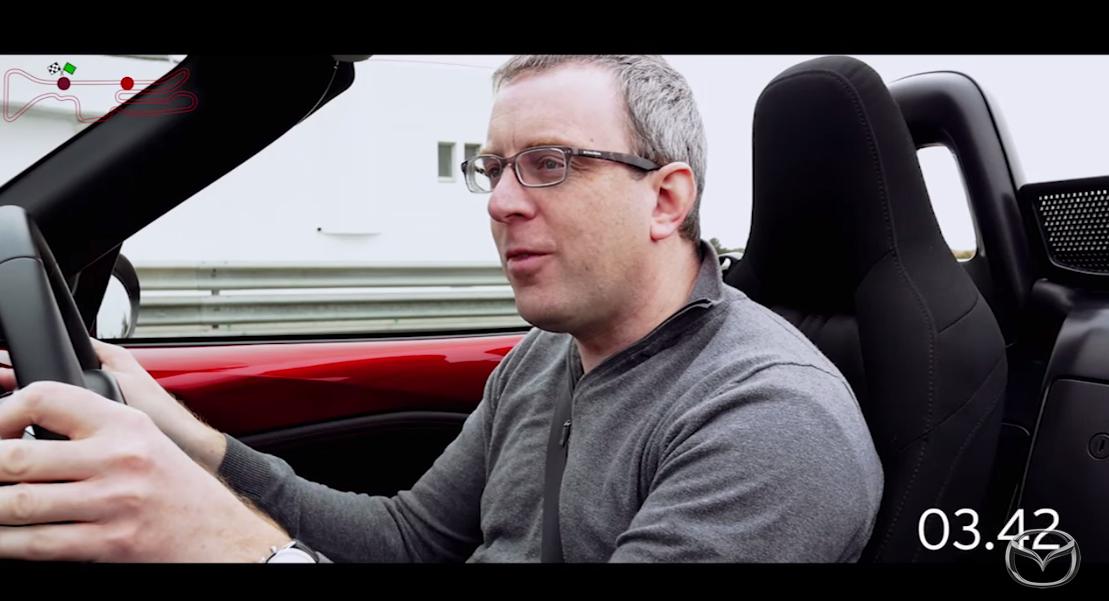 走り去る初代の後ろ姿を、最新モデルの運転席から見つめるミルデンホール選手