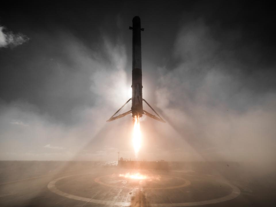 着陸中のFalcon 9ロケットのブースター