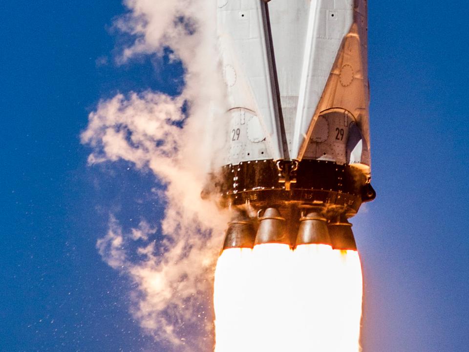 上昇するFalcon 9ロケットの最下部