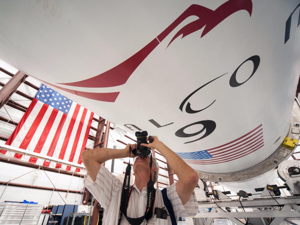Falcon 9ロケットブースターを撮影する男性