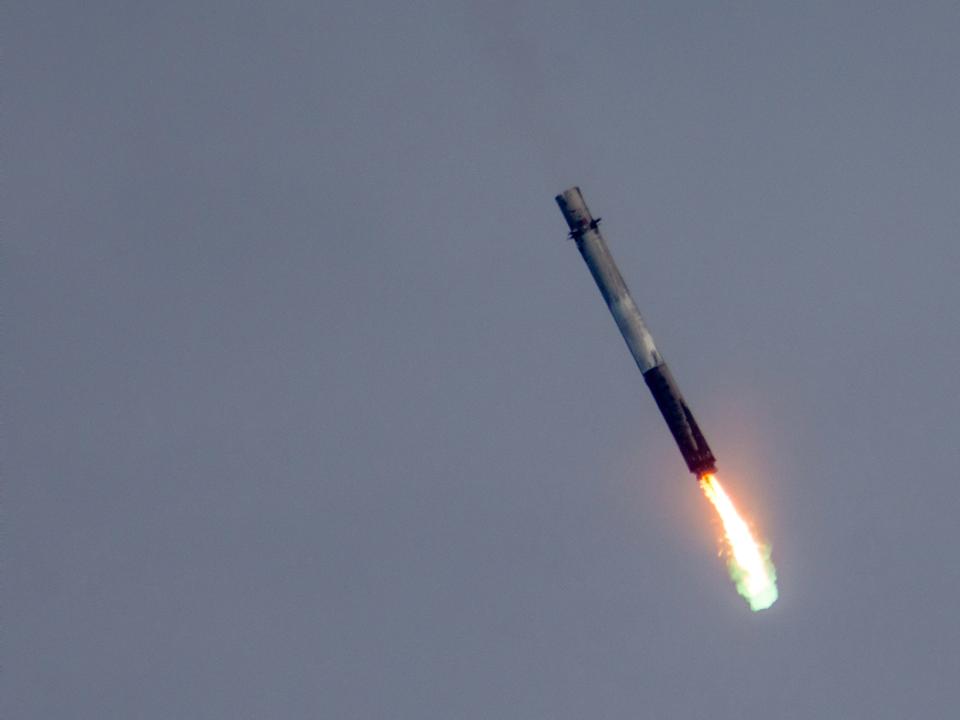 着地のために噴射を続けるロケットブースター