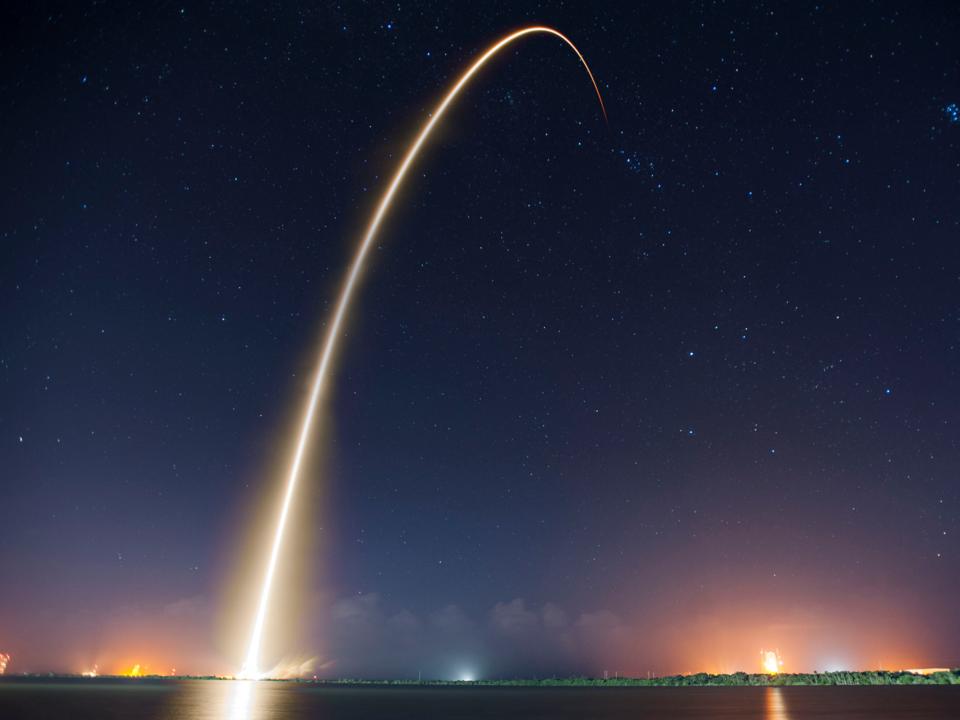 長時間露光写真で見るFalcon 9の夜間打ち上げの様子