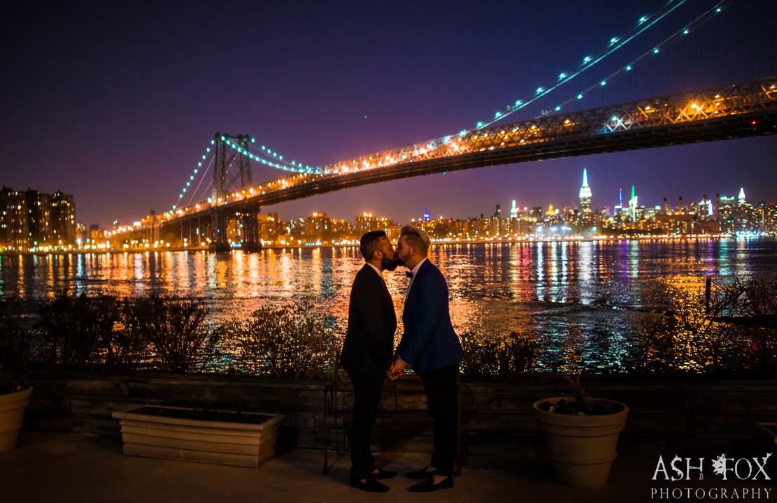 夜のニューヨークで口づけを交わす男性カップル。