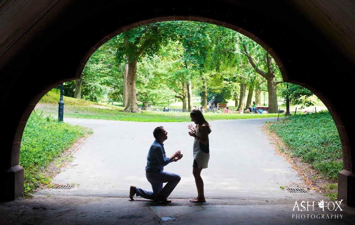 ひざまずき指輪を見せる男性に驚く女性。