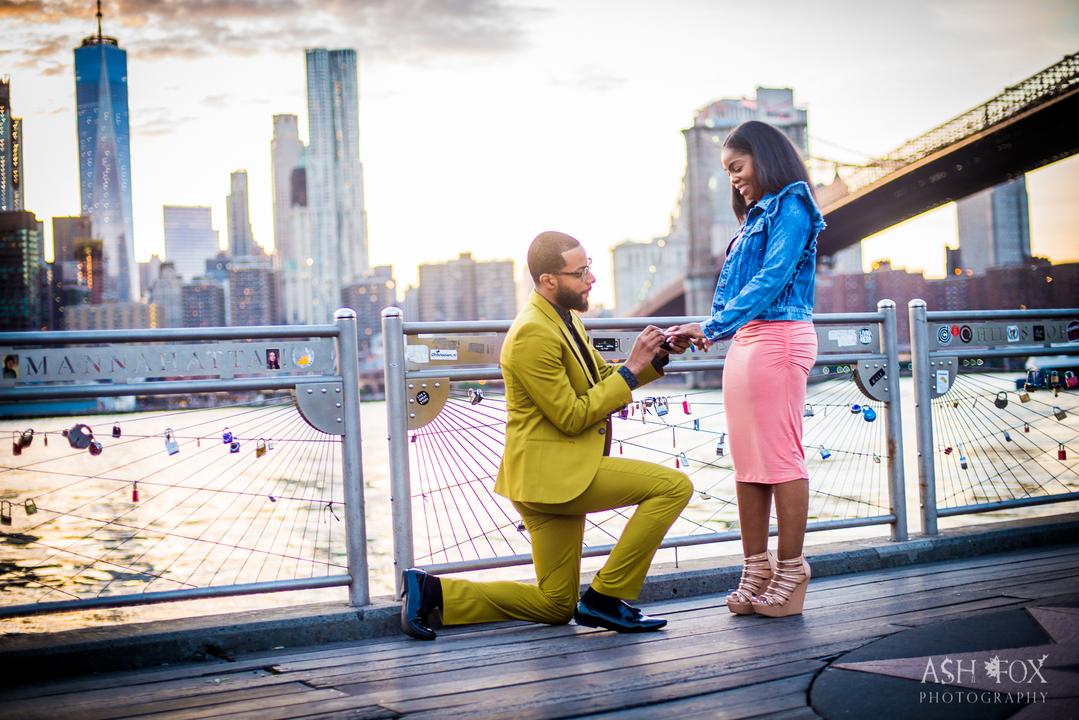 ひざまずき女性に指輪をはめる男性。