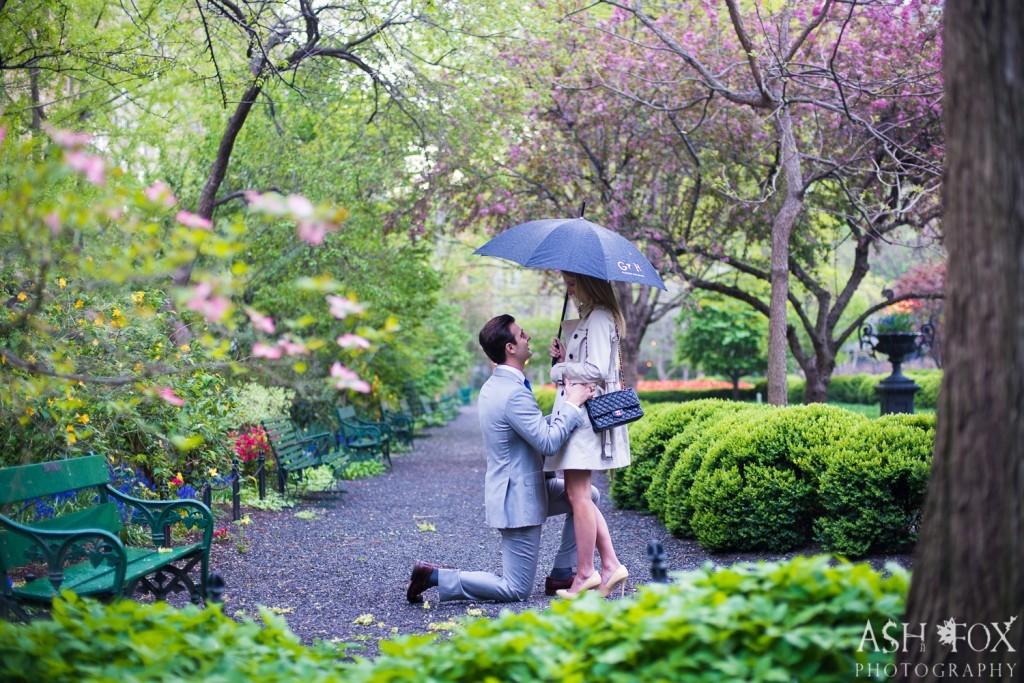 雨の公園にて。傘の下でひざまずいてプロポーズ。