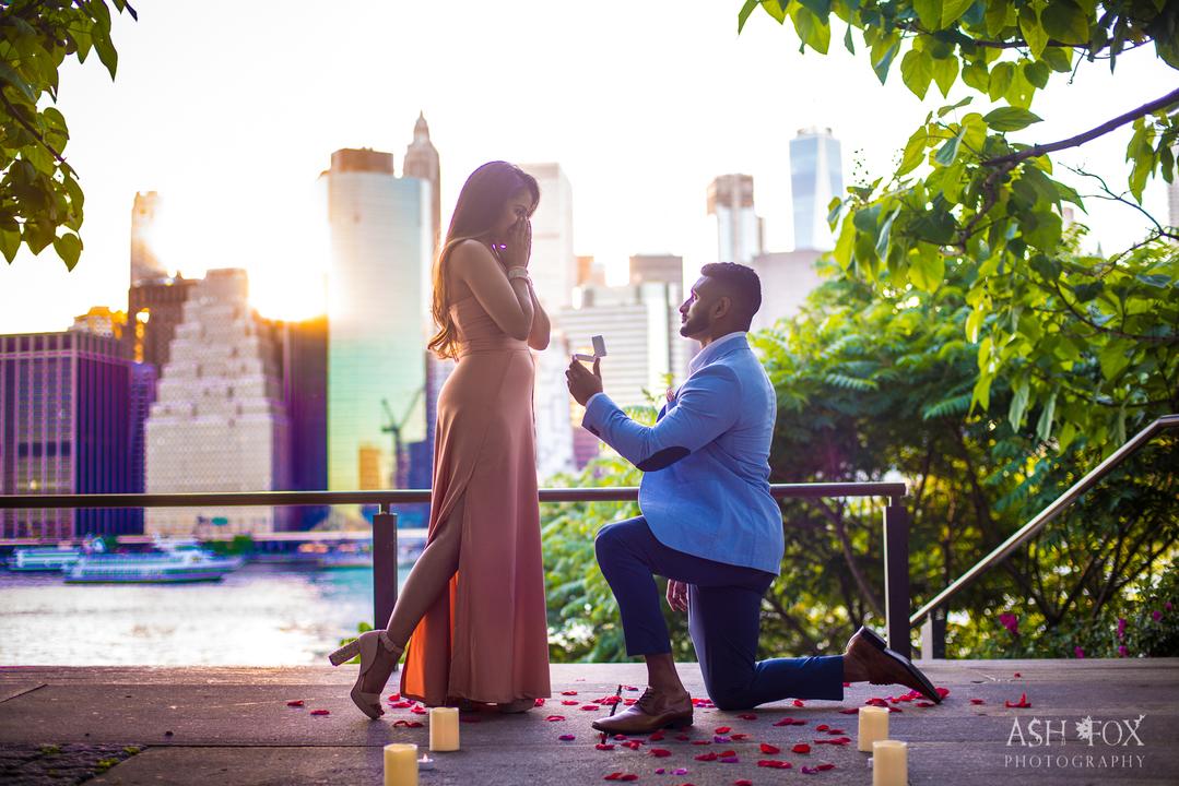 ひざまずき指輪を見せる男性に喜ぶ女性。