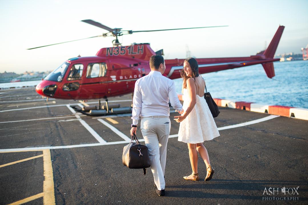 ヘリコプターに向かって歩く男女。
