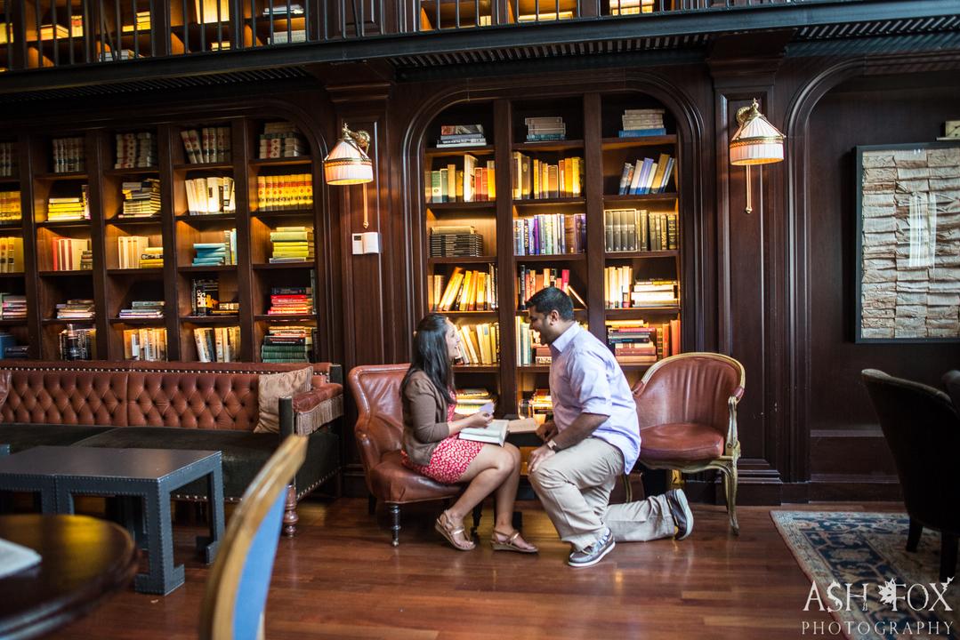 図書館でひざまずく男性。