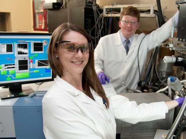 ラボで研究者2人がこちらに向かってほほ笑んでいる様子