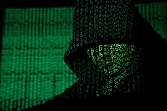 フードをかぶった男にサイバーコードが投影されている様子