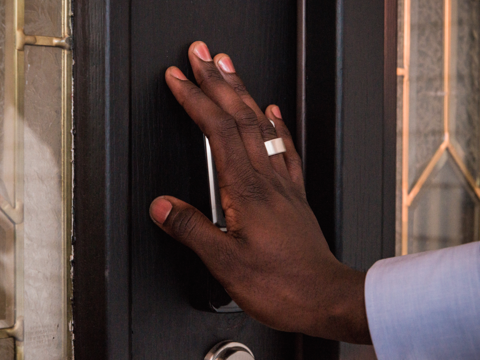 指輪を使って開錠している写真