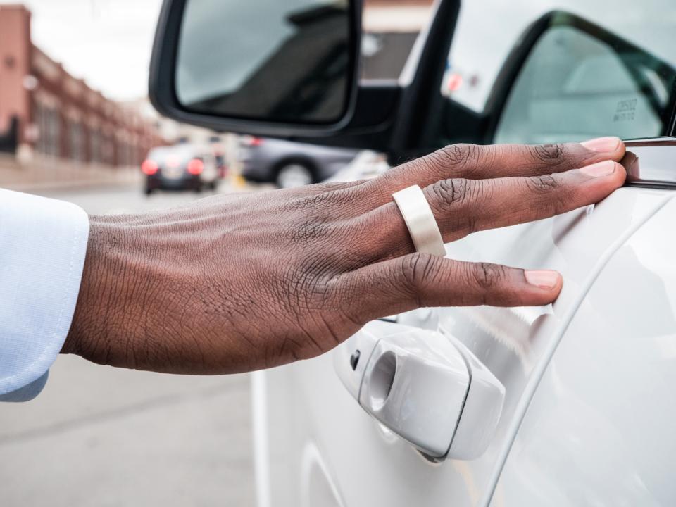 指輪を使って車のドアを開錠している写真