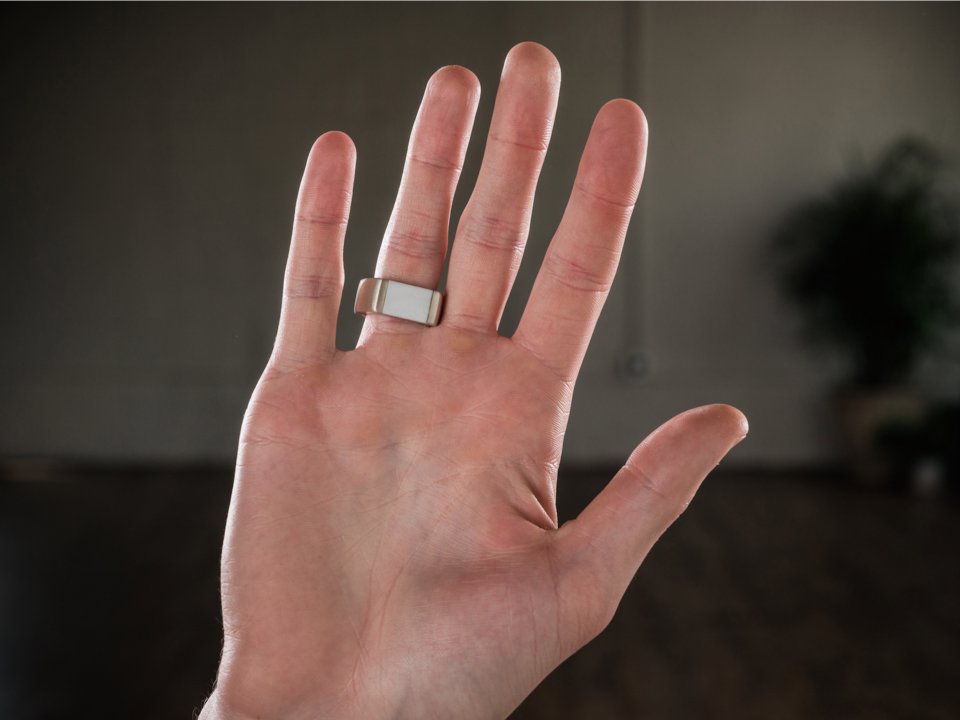 指輪を付けた手の写真