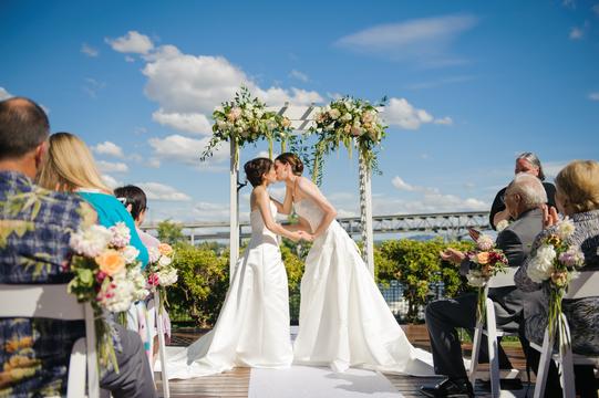 法では他人、だから形が欲しい。広がるLGBTの「結婚式」