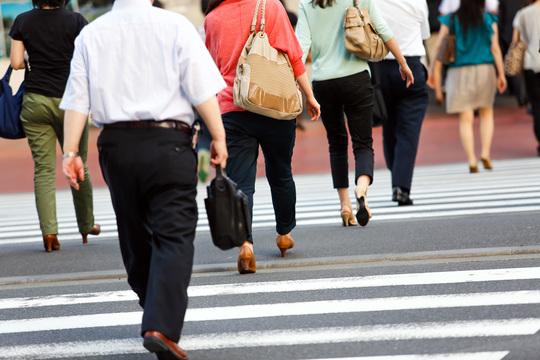 横断歩道を歩く人たち
