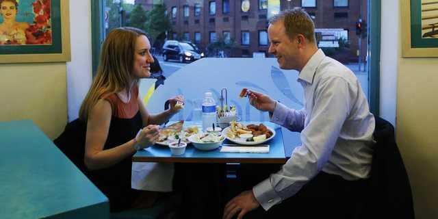食事をする男女の写真