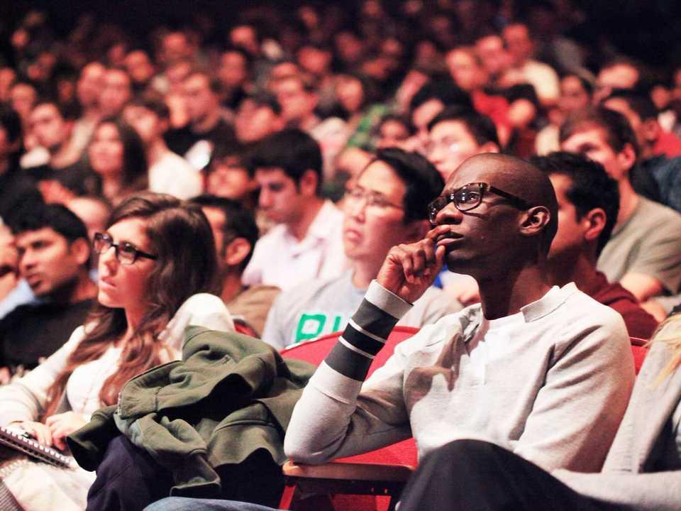 大講堂で講義を聴いている学生