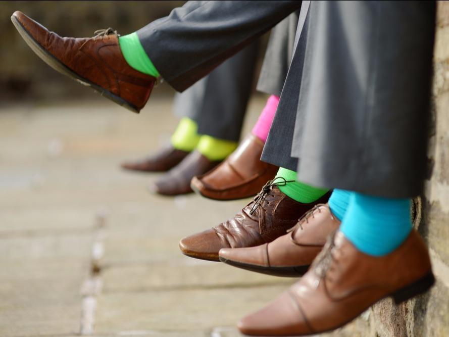靴を履いた足が並んでいる様子