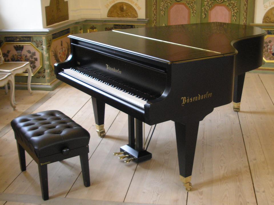 室内に置かれたピアノ