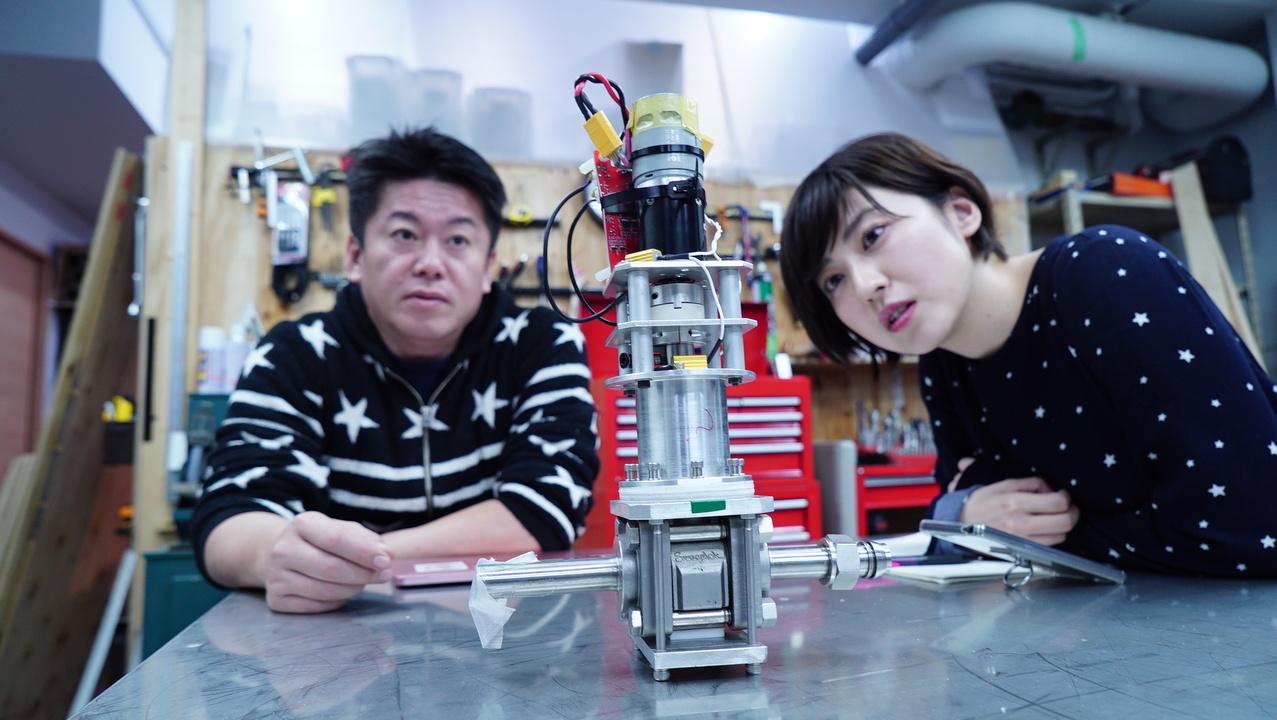 実際のロケットに使われる電子部品を見る黒田氏