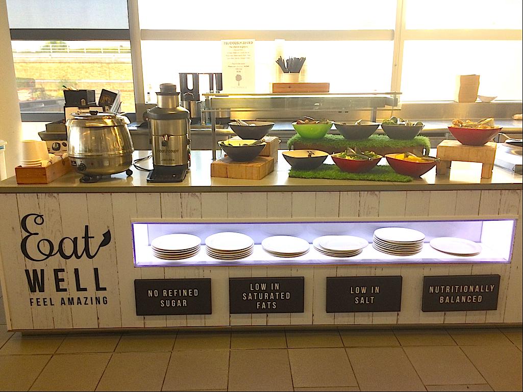 ビュッフェスタイルで置かれたスープ、コーヒー、サラダなど