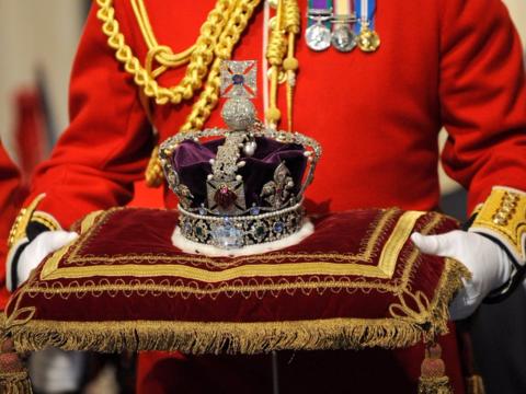 冠を持つ人の写真