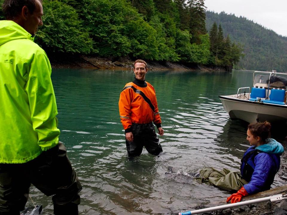 アラスカで釣りをするザッカーバーグ