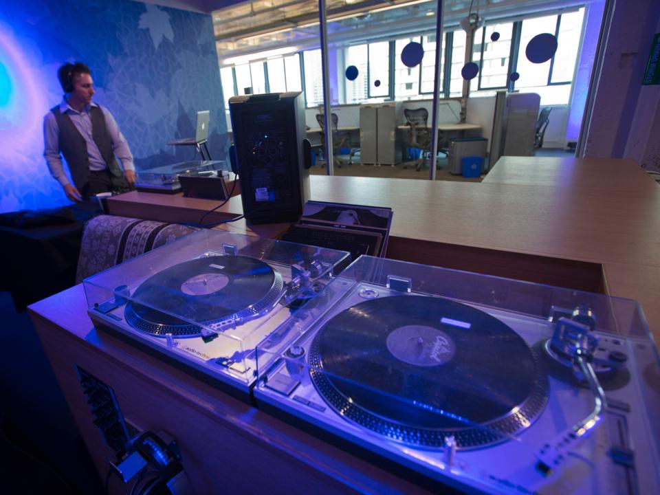 ターンテーブルが備え付けられた音楽室