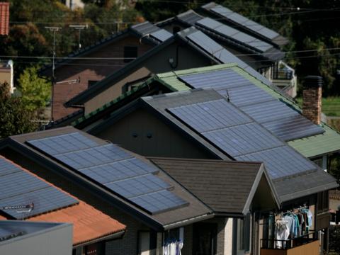住宅の屋根に設置されたソーラーパネル