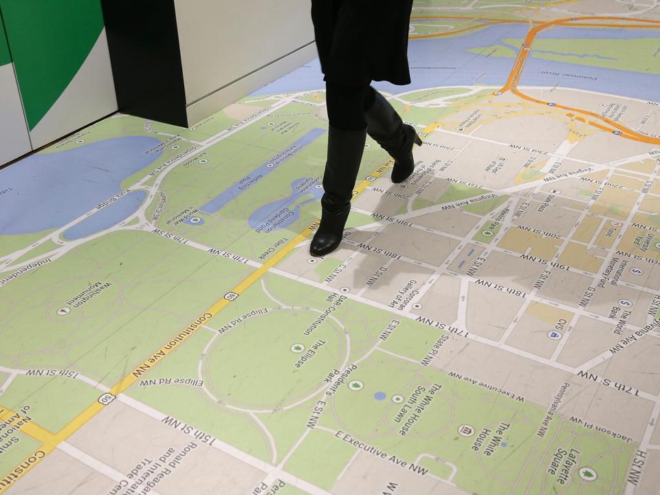 床にプリントされたグーグル・マップ