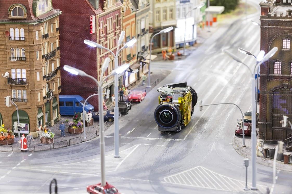 小型カメラ搭載のデバイスが模型内部の道路を走る様子