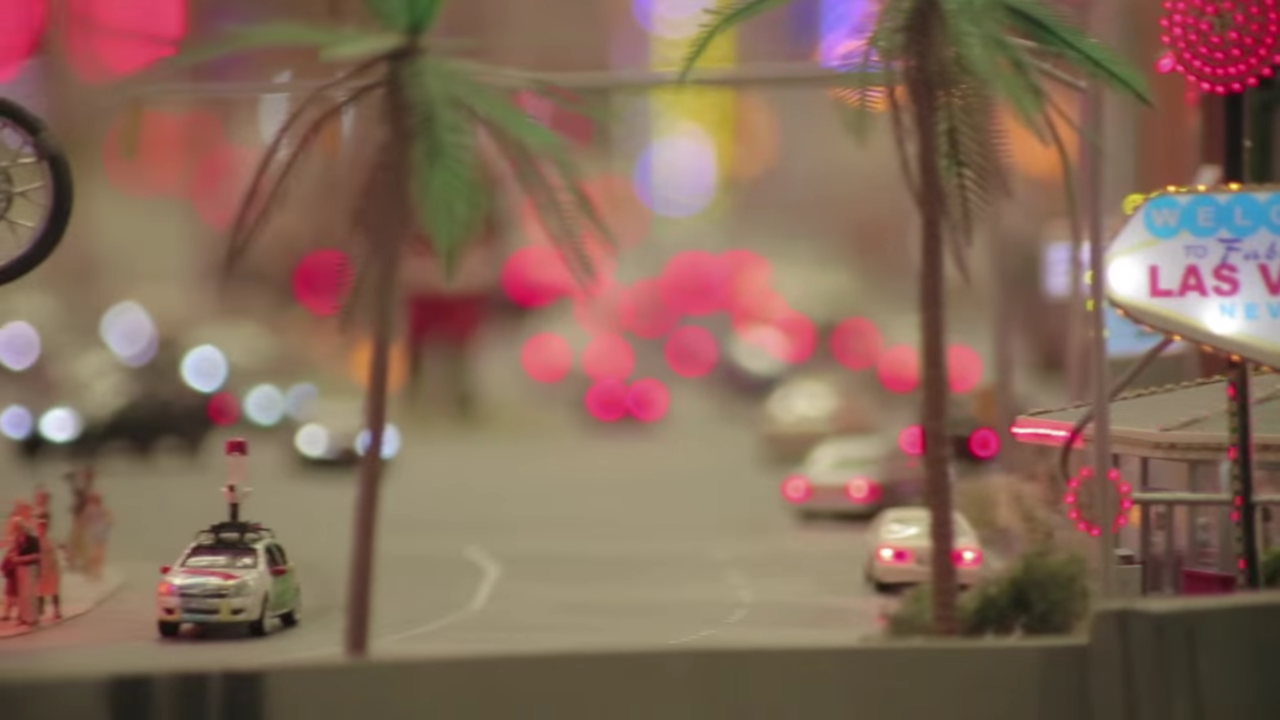 ヘッドライトやテールランプの間を走るグーグルのミニストリートビュー撮影車