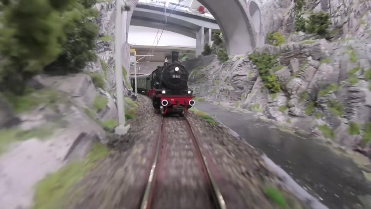 トンネルから走り出てくるSL