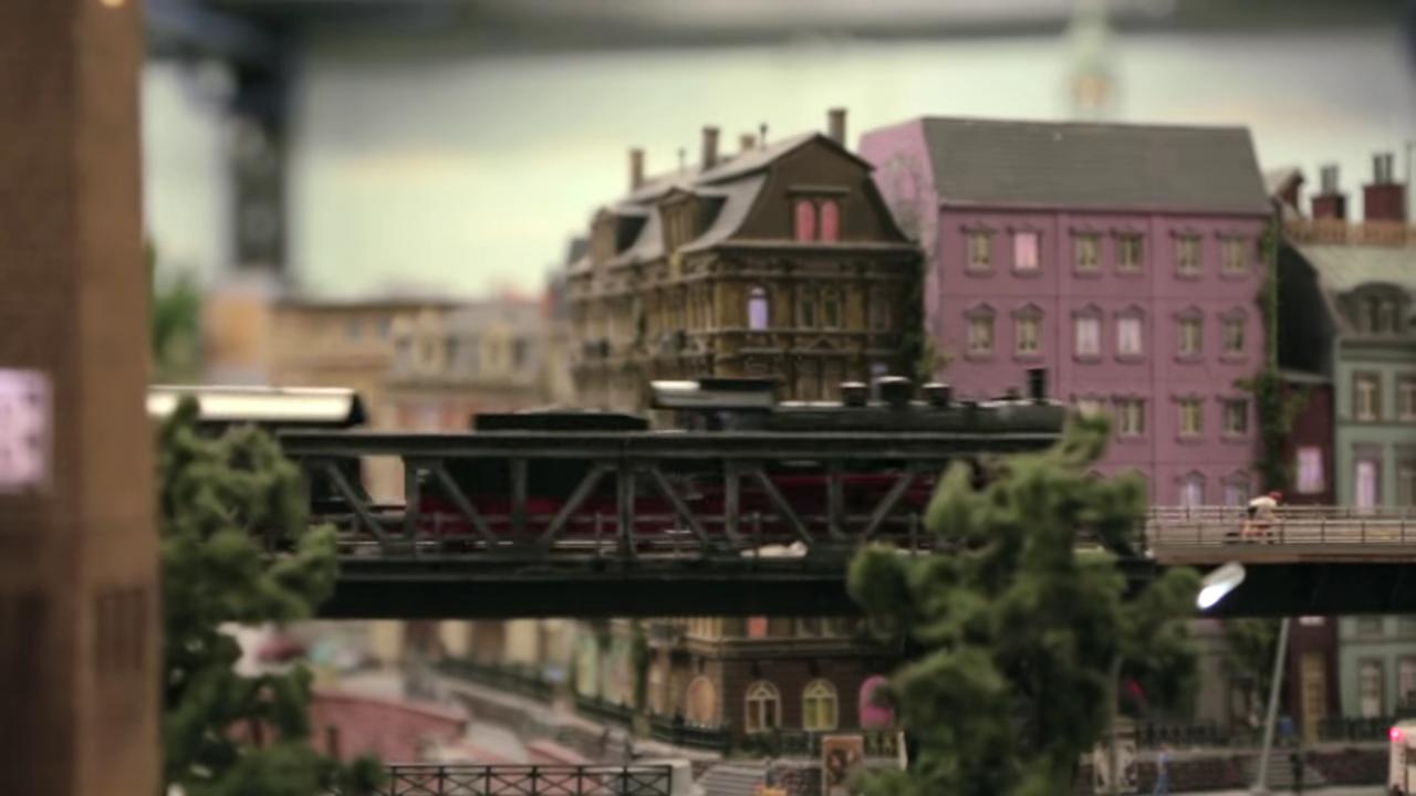 ハンブルクの街中に架かる鉄道橋を走り抜けていくSL