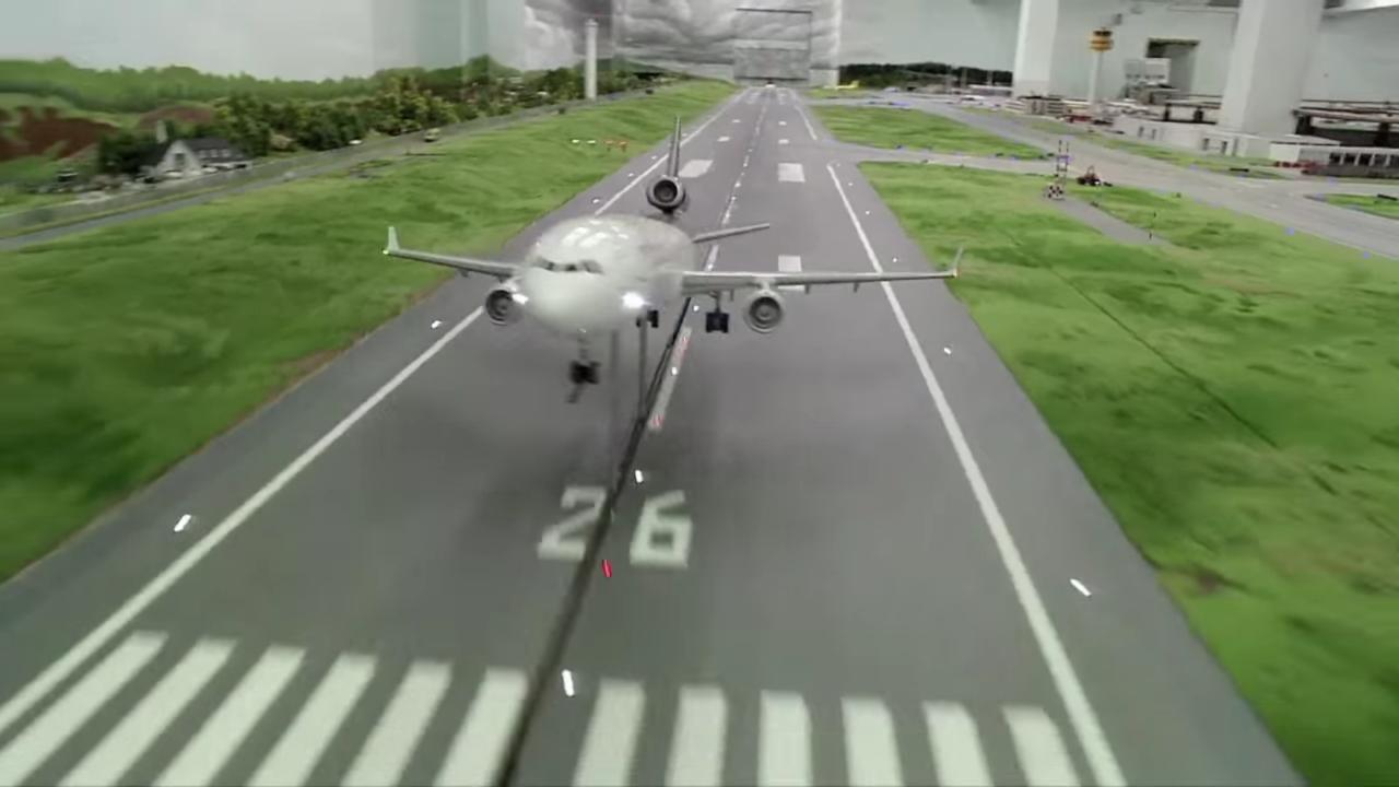 滑走路から離陸する飛行機