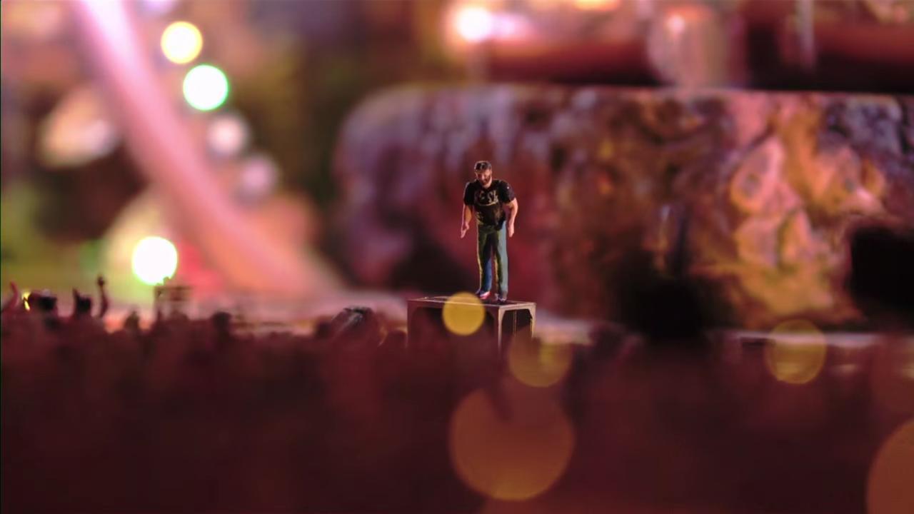 ステージ付近のスピーカーボックスの上に立つ男性のフィギュア