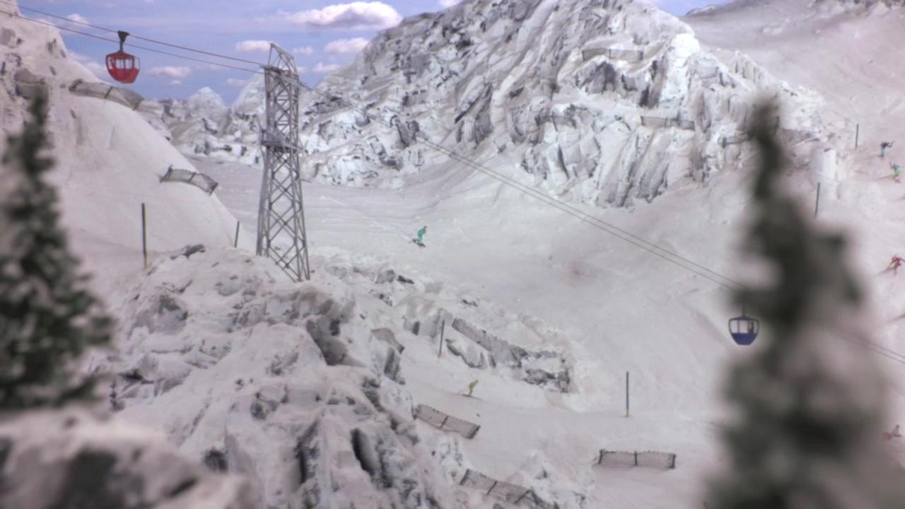 スキー場の上をロープウエーが通っている様子