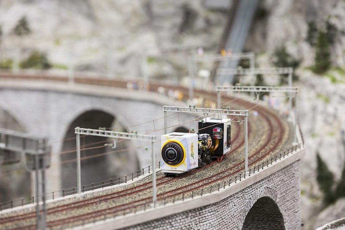 鉄道模型のレールの上を走る超小型カメラ搭載車
