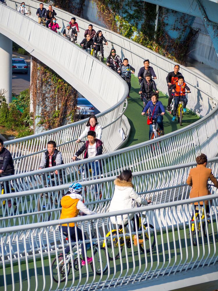 クネクネしたスカイウェイを自転車で走る人たち