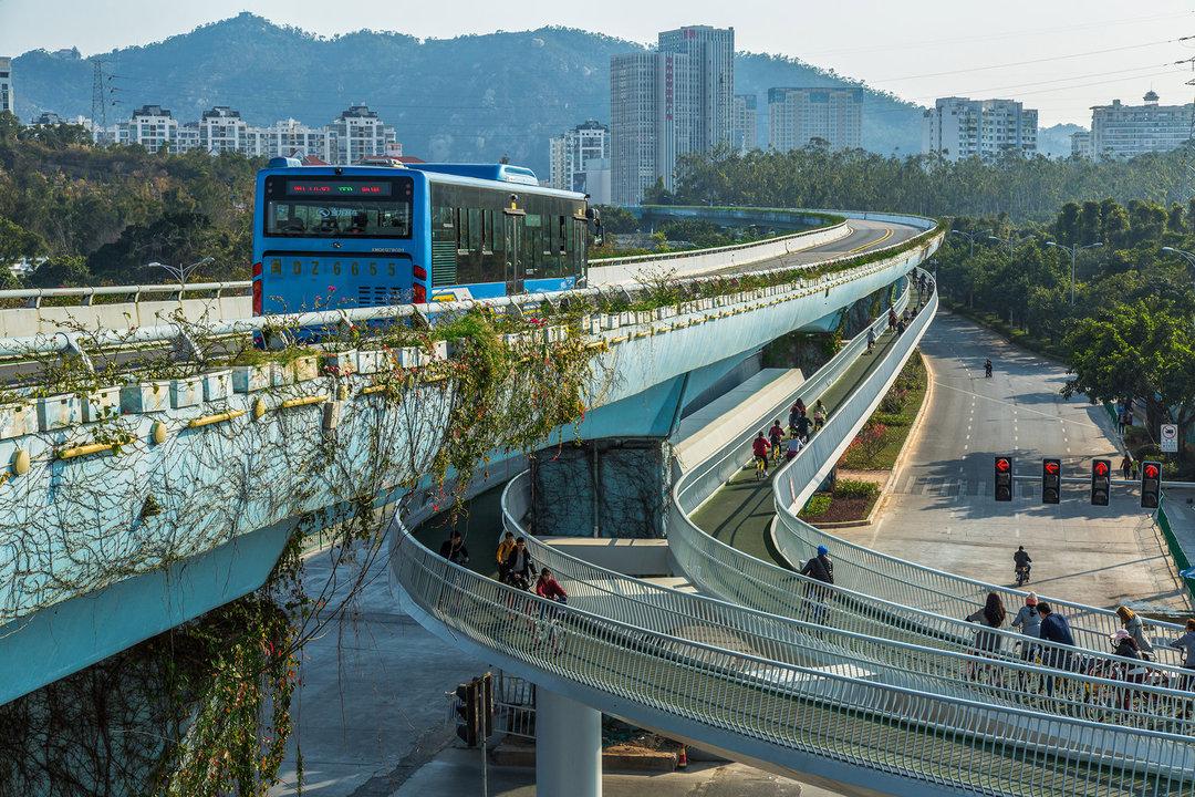 BRTのすぐ下を貫くスカイウェイ