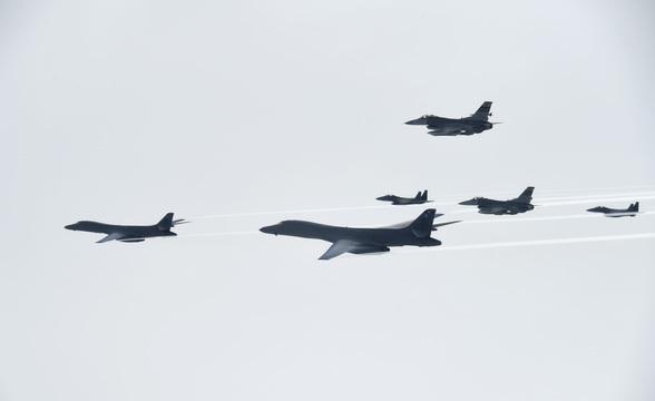 可変翼の戦略爆撃機「B-1Bランサー」が飛来 —— 北朝鮮のICBM発射実験を受け、日米韓が連携して訓練
